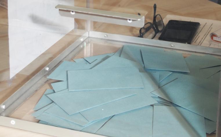 Urne et enveloppes lors du vote des élections professionnelles