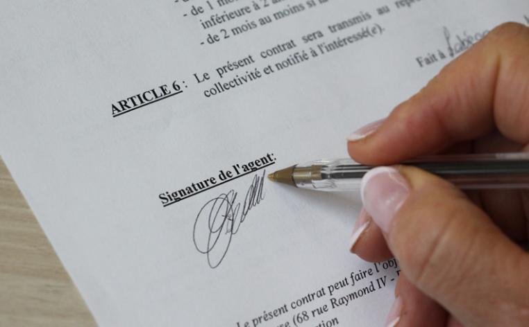 Personne signant un arrêté administratif