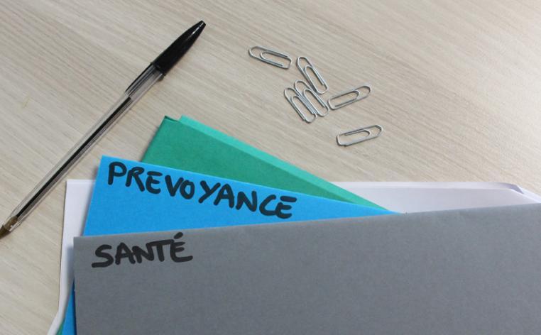 Dossiers, trombone et stylo