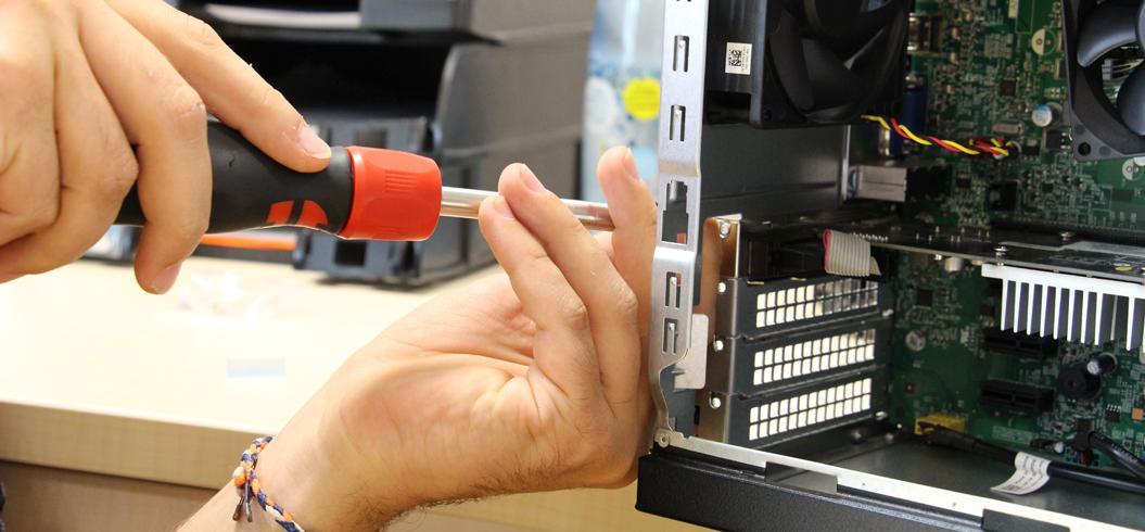 Personne en train de réparer une unité centrale d'ordinateur