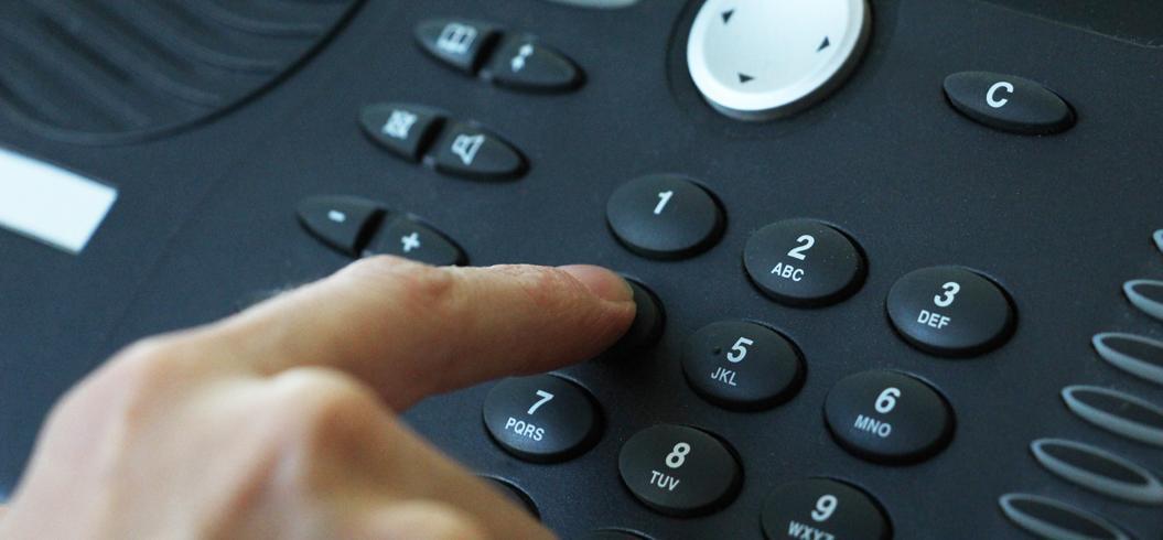 personne composant un appel téléphonique