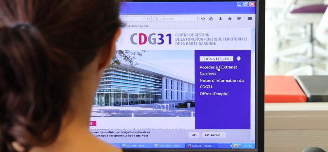 Personne visualisant un site web sur PC