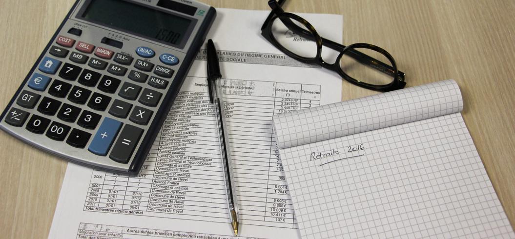 calculatrice, lunettes et bloc note