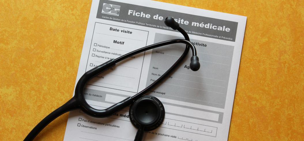 fiche de visite médicale et stéthoscope